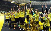 Fotball<br /> Tyskland<br /> 12.05.2012<br /> Foto: Witters/Digitalsport<br /> NORWAY ONLY<br /> <br /> Borussia Dortmund, DFB-Pokalsieger 2012, Sebastian Kehl mit Pokal<br /> <br /> Fussball, DFB-Pokal-Finale 2012, Borussia Dortmund - FC Bayern München 5:2