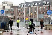 In Utrecht rijden fietsers door de chaos in het stationsgebied.<br /> <br /> In Utrecht cyclists ride at the chaotic station area.