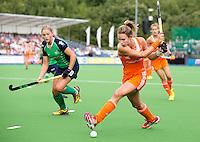 BOOM - Ellen Hoog slaat op doel tijdens de eerste poule wedstrijd van Oranje tijdens het Europees Kampioenschap hockey   tussen de vrouwen Nederland en Ierland (6-0). links de Ierse Shirley McCay. ANP KOEN SUYK