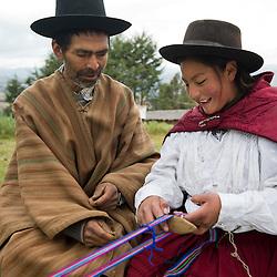 Transmision de saberes en Morochuco, Ayacucho, Artesano Valerio De La Cruz Arango, 75, y Lucía Melina, 12, en Juscaymarca , Ayacucho.