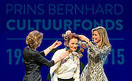 30-11-2015 AMSTERDAM - VLNR Alexander Rinnooy Kan, voorzitter van het Prins Bernhard Cultuurfonds, Adriana Esmeijer, directeur Prins Bernhard Cultuurfonds, ontvanger van de Prijs, architect Francine Houben en Koningin Maxima tijdens de uitreiking van de Prins Bernhard Cultuurfonds Prijs 2015. COPYRIGHT ROBIN UTRECHT<br /> <br /> 30-11-2015 AMSTERDAM -  Rinnooy Kan, president of the Prince Bernhard Culture Fund, Adriana Esmeijer, Director of the Prince Bernhard Culture Fund, recipient of the Prize, architect Francine Houben and Queen Maxima during the presentation of the Prince Bernhard Culture Price 2015. COPYRIGHT ROBIN UTRECHT