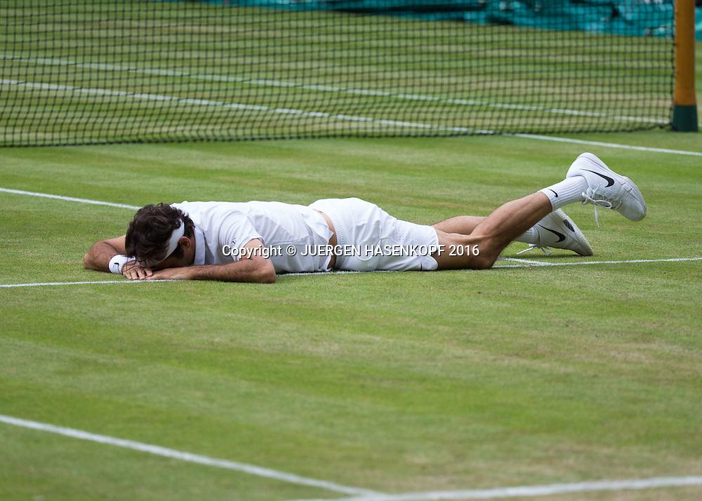 ROGER FEDERER (SUI) liegt auf dem Boden, Ausrutscher,<br /> <br /> Tennis - Wimbledon 2016 - Grand Slam ITF / ATP / WTA -  AELTC - London -  - Great Britain  - 8 July 2016.