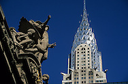New York. Grand central station. sculpture on the roof of Grand Central station and the Chrysler building  Manhatan, New York  Usa /  sculpture sur le toit de Grand Central station et le Chrysler building  sur la 42 em rue. Manhatan, New York