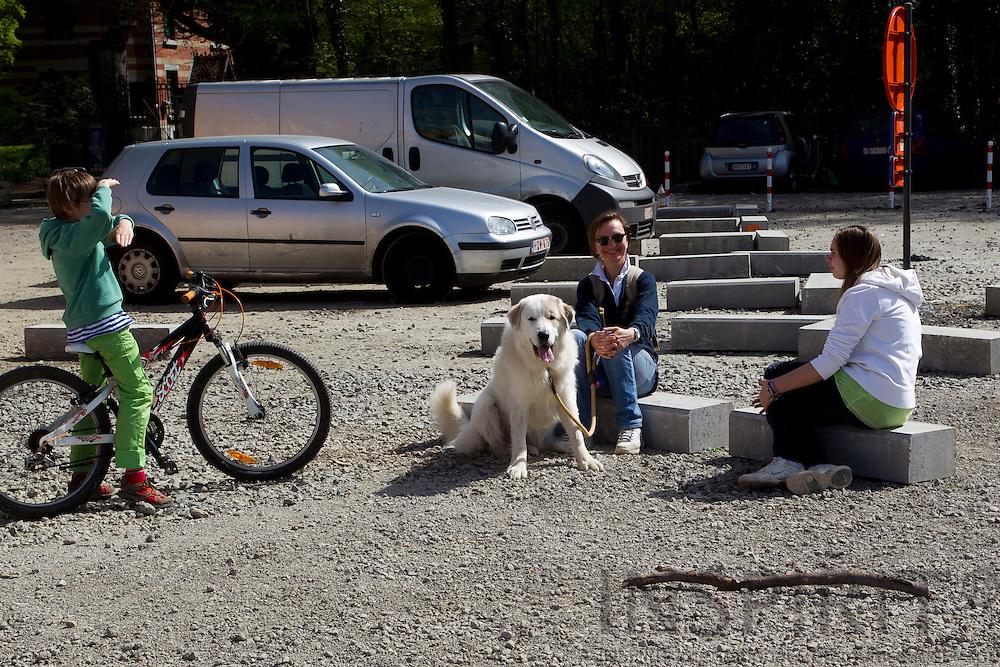 Pyreneese Berghond wandeling, Chien de Montagne des Pyrénées promenade, Pyrenean Mountain Dog walk in The Zonien forest (Forêt de Soignes) on the outskirts of Brussels on Sunday 10 April 2011. Photo: Erik Luntang / INSPIRIT Photo