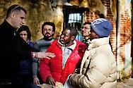 Rosarno, Italia - 19 dicembre 2010. Immigrati discutono con un gruppo di volontari dell'associazione Calafrica. L'associazione Calafrica si prende cura della comunità di immigrati di Rosarno fornendo loro beni di prima necessità quali materassi, coperte e indumenti..Ph. Roberto Salomone Ag. Controluce.ITALY - Immigrants speak with volunters of Calafrica association in Rosarno on December 19, 2010. Calafrica association takes care of the immigrant comunity of Rosarno.