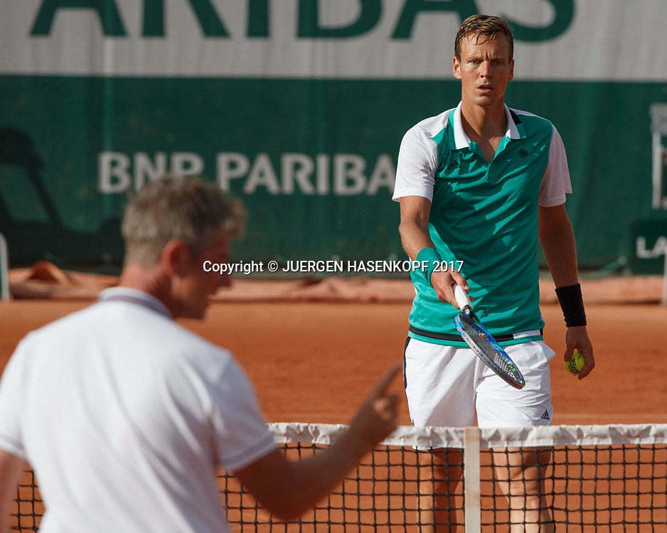 TOMAS BERDYCH (CZE) diskutiert auf dem Platz mit dem Stuhlschiedsrichter der den Ball Aus gab, Emotion, Aerger,Referee,<br /> <br /> Tennis - French Open 2017 - Grand Slam ATP / WTA -  Roland Garros - Paris -  - France  - 30 May 2017.
