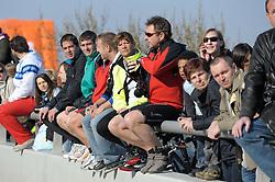 17.04.2011, AUT, Vienna City Marathon 2011, im Bild warten Zuseher gespannt auf den Start, Feature, EXPA Pictures © 2011, PhotoCredit: EXPA/ G. Holoubek