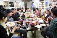 Gemensam lördagsmiddag på New Starts center i östra Tokyo. Middagen är frivillig och alumnis välkomna.