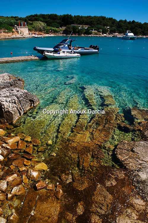 The bay of Palmiziana on the archipelago of Pakleni. |  La baie de Palmiziana sur l'archipel des Pakleni