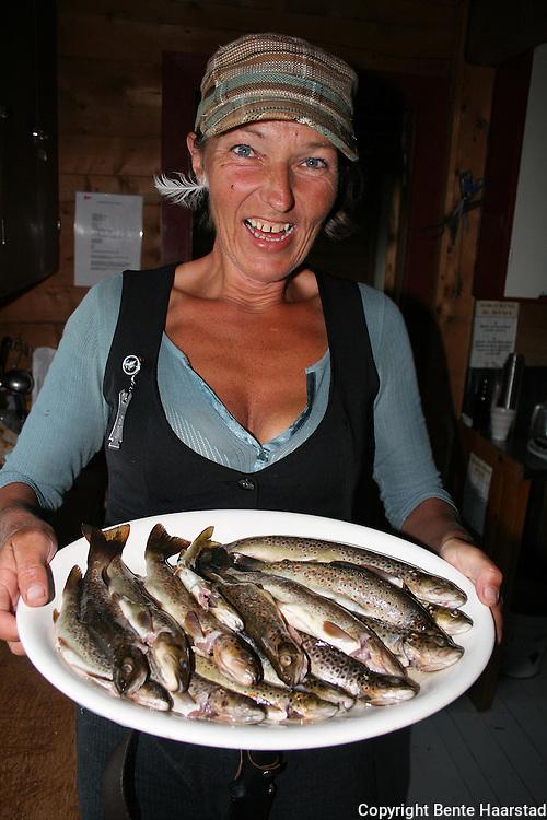 Kokk Mari Nygaard fra Stavern gikk en dagstur rundt fjellet Srøyten i Skarvene og Roltdalen nasjonalpark, og fikk 17 ørreter i Nautåa.