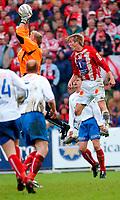 Fotball, Eliteserien, 31052004, Alfheim Stadion i Tromsø, Tromsø IL (TIL) - Vålerenga (VIF) 2-0,  Øyvind Bolthof (VIF.keeper) og Morten Gamst Pedersen (TIL)<br /> FOTO: KAJA BAARDSEN/DIGITALSPORT