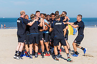 BERGEN - 03-08-2015, strandtraining AZ, strand, AZ speler Jeffrey Gouweleeuw (r).