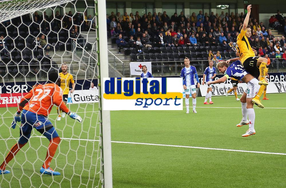 fotball, tippeliga, eliteserien, start, sarpsborg  28.september 2014<br /> Duwayne Kerr, Sarpsborg<br /> Matthias Vilhjalmsson, Start<br /> <br /> Foto: Ole Fjalsett