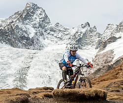 15-09-2017 ITA: BvdGF Tour du Mont Blanc day 6, Courmayeur <br /> We starten met een dalende tendens waarbij veel uitdagende paden worden verreden. Om op het dak van deze Tour te komen, de Grand Col Ferret 2537 m., staat ons een pittige klim (lopend) te wachten. Na een welverdiende afdaling bereiken we het Italiaanse bergstadje Courmayeur. Tono