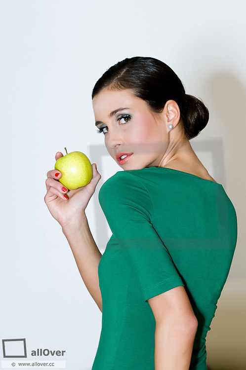 Young woman with apple (model-released)