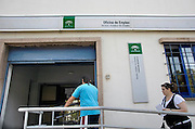 Spanje, Cordoba, 6-5-2010Arbeidsbureau in een wijk van Cordoba. In Spanje gaat het slecht met de economie en het financiele systeem. 20% Werkeloosheid en spaarbanken die in de problemen zijn gekomen. Men wil niet met Griekenland vergeleken worden, maar de tekenen voorspellen niet veel goeds.Posters which call for a demonstration against unemployment and the policies of the government. In Spain the economy and financial system is in bad shape. 20% Unemployment and savings banks that have come into trouble. They do not want to be compared with Greece, but the signs do not predict much good.Foto: Flip Franssen/Hollandse Hoogte