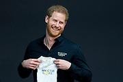 Prinses Margriet heeft de Britse prins Harry een cadeautje gegeven bij diens bezoek aan Den Haag. De prinses overhandigde de kersverse vader een rompertje.<br /> <br /> Princess Margriet gave the British prince Harry a gift during his visit to The Hague. The princess handed the brand new father a baby bodysuit.