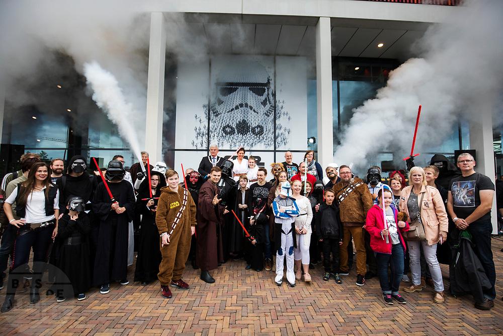 Fans poseren met de burgemeester bij de opening. In Utrecht is de tentoonstelling Star Wars Identies te zien tot en met 11 maart 2018. Op de expositie zijn originele kostuums, rekwisieten en de personages te zien. Daarnaast kunnen bezoekers een eigen Star Wars identiteit maken door hun eigen karakter te combineren met fictieve elementen. Star Wars werd veertig jaar geleden, op 25 mei 1977, voor het eerst getoond op film. De filmserie is nog altijd mateloos populair.<br /> <br /> In Utrecht the exhibition Star Wars Identies is shown. The exhibition shows original costumes, props and the characters. In addition, visitors can create their own Star Wars identity by combining their own character with fictional elements. Star Wars was first shown on film forty years ago, on May 25, 1977. The film series is still very popular.