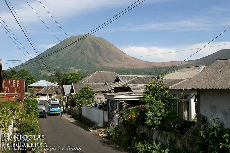 Volcan Gunung Lokon vu de la ville de Tomohon dans le nord Sulawesi