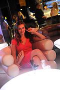 Setbezoek van de romantische komedie Valentino in Escape Amsterdam.<br /> <br /> Op de foto: <br />  Elise Schaap op de set in escape, amsterdam
