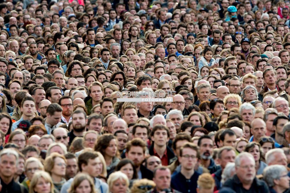 4-5-2016 AMSTERDAM - Amsterdam Queen Maxima and King Willem-Alexander at the wearth laying ceremony (Dodenherdenking) at the WWII memorial at the monument op de Dam in Amsterdam.  COPYRIGHT ROBIN UTRECHT <br /> Koning Willem-Alexander, Koningin Maxima en minister-president Rutte zijn woensdagavond 4 mei aanwezig bij de Nationale Herdenking in Amsterdam. De minister-president is donderdag 5 mei aanwezig bij het Bevrijdingsfestival in Groningen, waar hij het Bevrijdingsvuur ontsteekt als start van de Nationale Viering van de Bevrijding. De Koning en Koningin en de minister-president wonen die avond in Amsterdam het 5 mei-concert bij, de afsluiting van de Nationale Viering van de Bevrijding.