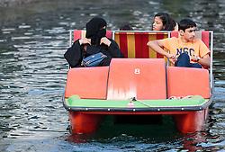 THEMENBILD, Arabische Touristen mit einem Motorboot am Zeller See. Jedes Jahr besuchen mehrere Tausend Gäste aus dem arabischen Raum die Urlaubsregion im Salzburger Pinzgau, aufgenommen am 06.August 2015 in Zell am See, Österreich // Arab tourists with a motorboat on Lake Zell. Every year thousands of guests from Arab countries takes their holiday in Zell am See - Kaprun Region, Zell am See, Austria on 2015/08/06. EXPA Pictures © 2015, PhotoCredit: EXPA/ JFK