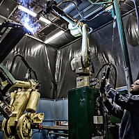 Tema: Danmark som produktions land. Tema om Danmark som produktions land. her er vi p&aring; bes&oslash;g hos H&oslash;jbjerg maskine fabrik hvor robotterne blandt andet bruges som svejse robotter.<br /> Her er det Robot operat&oslash;r Michael Olsen p&aring; 38 der har v&aelig;ret robot operat&oslash;r i fire &aring;r