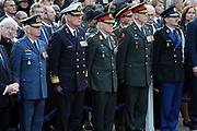 Nationale dodenherdenking op de Dam in Amsterdam .<br /> <br /> Op de foto: De Commandant der Strijdkrachten Peter van Uhm (M) met Viceadmiraal Matthieu Borsboom , Generaal-majoor Mart de Kruif , Luitenant-generaal Jac Jansen en Luitenant-generaal mr. D. van Putten
