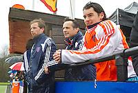 AERDENHOUT - 09-04-2012 - Coach Dave Smolenaars kwam kijken omdat hij de andere dagen met Bloemendaal bij de EHL was, , maandag tijdens de finale tussen Nederland Jongens B en Spanje Jongens B  (3-1) , tijdens het Volvo 4-Nations Tournament op de velden van Rood-Wit in Aerdenhout. Jongens U16 wordt kampioen.links Martijn van Mierlo. FOTO KOEN SUYK