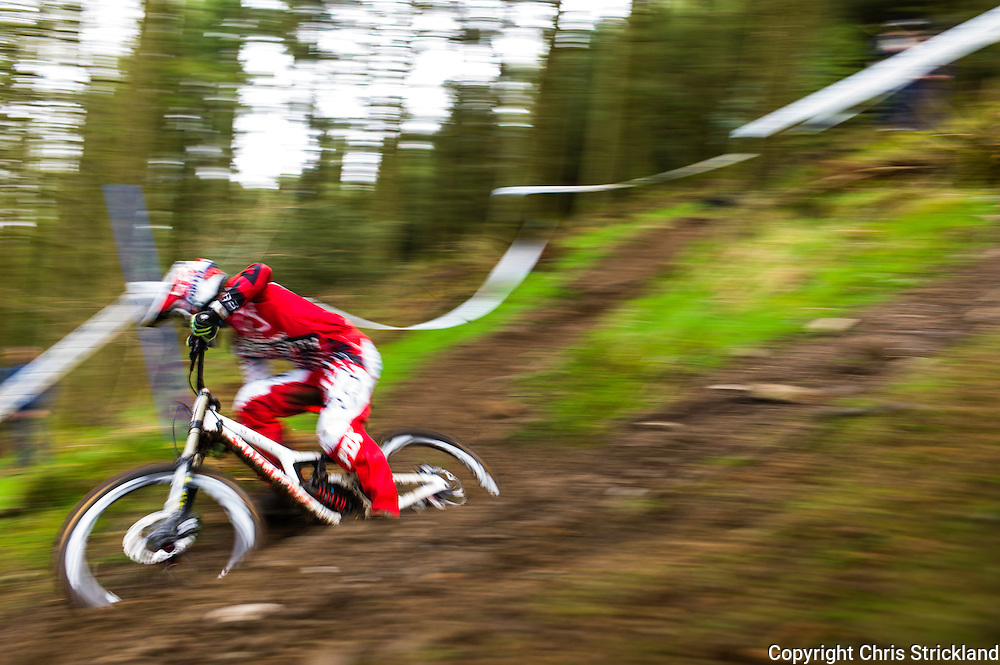 Ae Forest, Dumfries, Scotland, UK. 25th April 2015. A Downhill Mountain Biker takes on the 7Stanes course at Ae during the Scottish Downhill Association racing.