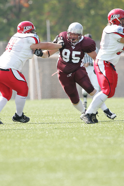 (22/09//2007--Ottawa) University of Ottawa Gees Gees men's football team defeating the York University Yoeman 53-14. The player photographed in action is Bill Pritchard