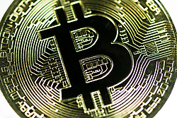 THEMENBILD - Kryptowährung Bitcoin ist ein dezentrales Zahlungsmittel auf Blockchain Basis, das es seit 2008 gibt. Aufgenommen am 15. Feber 2018 in Wien, Österreich // Bitcoin is a decantralized worldwide cryptocurrency and digital payment system. Vienna, Austria on 2018/02/15. EXPA Pictures © 2018, PhotoCredit: EXPA/ Michael Gruber