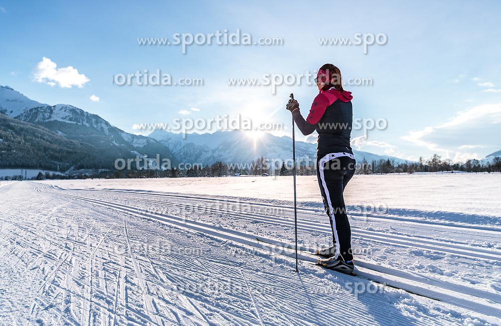 THEMENBILD - eine Langläuferin auf einer Loipe mit Winterlandschaft und der Bergkulisse mit dem Kitzsteinhorn im Gegenlicht, aufgenommen am 4. Feber 2018 in Zell am See, Österreich // a female cross-country skier on a ski trail with winter landscape and the mountain scenery with the Kitzsteinhorn, Zell am See, Austria on 2018/02/04. EXPA Pictures © 2018, PhotoCredit: EXPA/ JFK