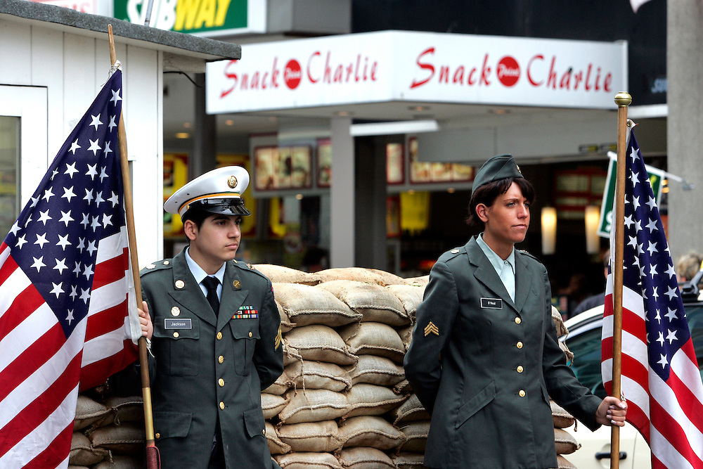 GERMANY - BERLIN - Fastfoodrestaurants Snackpoint Charlie side by side with Checkpoint Charlie. PHOTO GERRIT DE HEUS