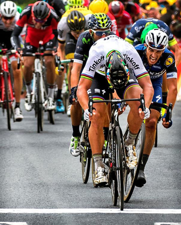 Frankrijk, Cherbourg-En-Cotentin, 03-07-2016<br /> Wielrennen, Tour de France, 2e etappe.<br /> Van Saint-Lo naar Cherbourg-en-Cotentin.<br /> Peter Sagan wint de eindsprint heuvel op van Julian Alaphilippe en verovert ook de Gele en Groene Trui.<br /> Foto: Klaas Jan van der Weij