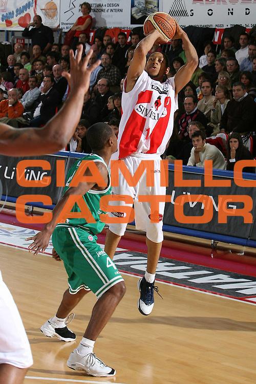 DESCRIZIONE : Teramo Lega A1 2006-07 Siviglia Wear Teramo Benetton Treviso <br /> GIOCATORE : Grundy <br /> SQUADRA : Siviglia Wear Teramo <br /> EVENTO : Campionato Lega A1 2006-2007 <br /> GARA : Siviglia Wear Teramo Benetton Treviso <br /> DATA : 05/11/2006 <br /> CATEGORIA : Tiro <br /> SPORT : Pallacanestro <br /> AUTORE : Agenzia Ciamillo-Castoria/M.Carrelli <br /> Galleria : Lega Basket A1 2006-2007 <br /> Fotonotizia : Teramo Campionato Italiano Lega A1 2006-2007 Siviglia Wear Teramo Benetton Treviso <br /> Predefinita :