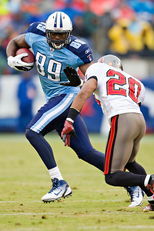 NASHVILLE, TN - NOVEMBER 27:   Jared Cook #89 of the Tennessee Titans runs the ball against the Tampa Bay Buccaneers at LP Field on November 27, 2011 in Nashville, Tennessee.  The Titans defeated the Buccaneers 23 to 17.  (Photo by Wesley Hitt/Getty Images) *** Local Caption *** Jared Cook