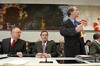 17 DEC 2002, BERLIN/GERMANY:<br /> Hans Eichel (L), SPD, Bundesfinanzminister, Gerhard Schroeder (M), SPD, Bundeskanzler, Franz Muentefering (R), SPD Fraktionsvorsitzender, vor Beginn der Sitzung der SPD Bundestagsfraktion, Deutscher Bundestag<br /> IMAGE: 20021217-01-027<br /> KEYWORDS: Fraktionssitzung, Gerhard Schröder, Franz Müntefering, Glocke