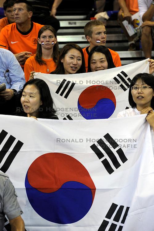 08-07-2010 VOLLEYBAL: WLV NEDERLAND - ZUID KOREA: EINDHOVEN<br /> Nederland verslaat Zuid Korea met 3-0 / Publiek support Zuid Korea vlaggen<br /> &copy;2010-WWW.FOTOHOOGENDOORN.NL