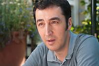 09 JUL 2010, BERLIN/GERMANY:<br /> Cem Oezdemir, B90/Die Gruenen Bundesvorsitzender, waehrend einem Interview, Cafe Uebersee<br /> IMAGE: 20100709-01-001<br /> KEYWORDS: Cem Özdemir