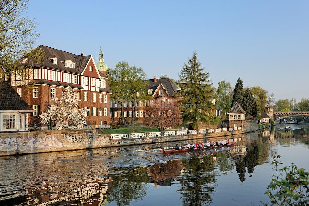 Ruderer auf dem Alsterlauf vor dem Kloster St. Johannis in Hamburg Eppendorf