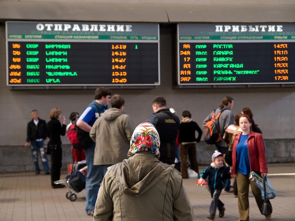 Reisende in der Halle des Kasaner Bahnhofs (Kasanski woksal) welcher einer der neun Bahnh&ouml;fe in Moskau ist. Er liegt am Komsomolskaja-Platz, in unmittelbarer N&auml;he zum Jaroslawler und dem Leningrader Bahnhof, und ist bis heute einer der gr&ouml;&szlig;ten Bahnh&ouml;fe der russischen Hauptstadt. <br /> <br /> Travellers in the hall at the Kazansky Rail Terminal (Kazansky vokzal) which is one of eight rail terminals in Moscow, situated on the Komsomolskaya Square, across the square from the Leningradsky and Yaroslavsky terminals.