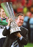 Gerard HOULLIER,    mit UEFA-Cup <br />              Fu§balltrainer    FC Liverpool