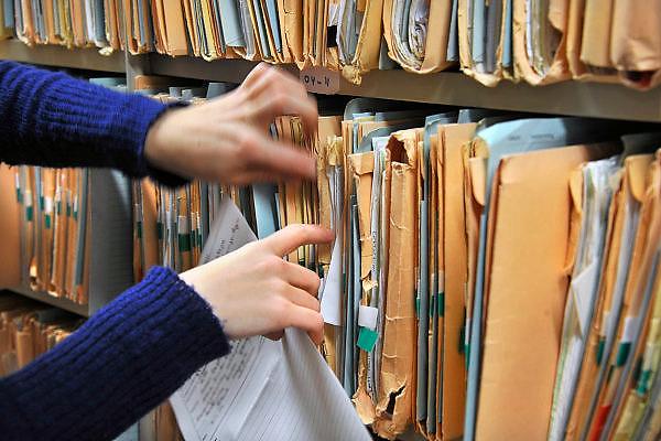 Nederland, Nijmegen, 6-1-2011Archiefmappen hangen in kasten van het UMCN.een arts zoekt naar de gegevens van een patient.Het zijn patiëntendossiers. Foto: Flip Franssen