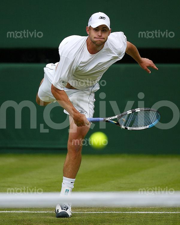 Tennis All England Championships Wimbledon Herren Einzel Andy Roddick (USA) schlaegt auf in seinem Spiel gegen Y-T. Wang (TPE).
