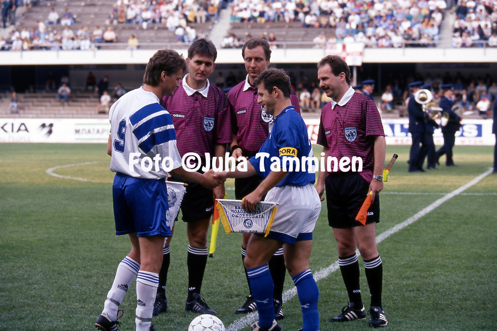 11.6.1995, Olympiastadion / Olympic Stadium, Helsinki.<br /> UEFA European Championship 1996 Qualifying match, Finland v Greece.<br /> Captains Ari Hjelm (Finland) &amp; Efstratios Apostolakis (Greece).