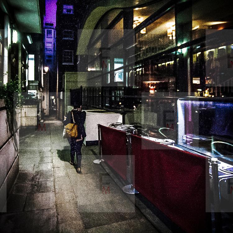 Uno stretto vicolo a Covent Garden.<br /> <br /> A narrow alley in Covent Garden.