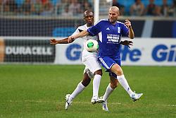 Zinedine Zidane disputa lance com Amaral durante a 10ª edição do Jogo Contra a Pobreza - Match Against Poverty, na Arena do Grêmio, em Porto Alegre. FOTO: Lucas Uebel/Preview.com