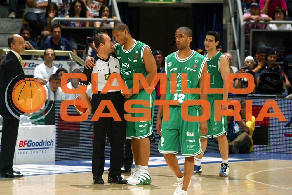 DESCRIZIONE : Associazione Italiana Arbitri Pallacanestro Lega A1 2005-06 Play Off Finale Gara 1 <br /> GIOCATORE : Bryant Arbitro <br /> SQUADRA : Benetton Treviso <br /> EVENTO : Campionato Lega A1 2005-2006 Play Off Finale Gara 1 <br /> GARA : Climamio Fortitudo Bologna Benetton Treviso <br /> DATA : 14/06/2006 <br /> CATEGORIA : Curiosita <br /> SPORT : Pallacanestro <br /> AUTORE : Agenzia Ciamillo-Castoria/M.Marchi <br /> Galleria : Aiap 2005-2006 <br /> Fotonotizia : Associazione Italiana Arbitri Pallacanestro Campionato Italiano Lega A1 2005-2006 Play Off Finale Gara 1 <br /> Predefinita :