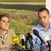 """Schiphol, 11-12-2013. Judith Spiegel en haar partner Boudewijn Berendsen gaven direct na aankomst op Schiphol een persconferentie. Na 6 maanden ontvoerd te zijn werden zij afgelopen weekend in Jemen vrijgelaten. Door onbekende mannen werd het stel afgeleverd bij de ambassade in de Jemenitische hoofdstad Sanaa. Judith:""""We zijn goed behandeld maar waren wel ontvoerd. Wij weten echt niet of er losgeld voor ons is betaald""""."""